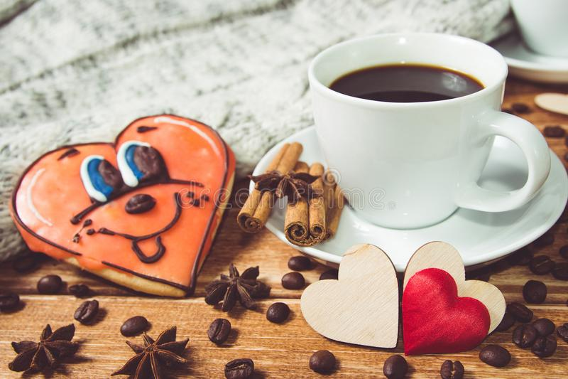 Valentinsgruß ` s Tageskonzept Tasse Kaffee und Herz zwei auf hölzernem Hintergrund mit Lebensmitteldekor lizenzfreies stockfoto