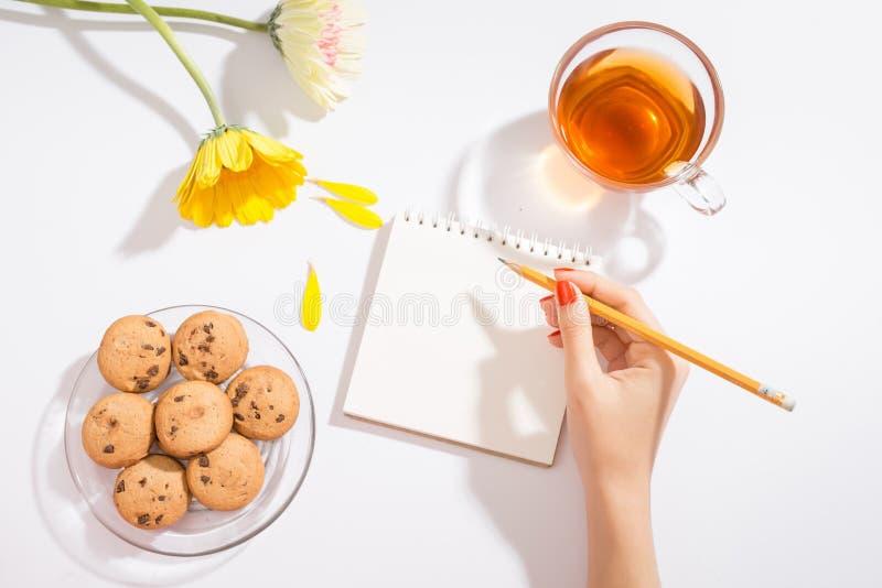 Valentinsgruß ` s Tagesliebesbrief auf hölzernem Hintergrund Rotes Samt hea stockfotos