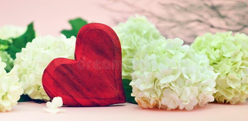 Valentinsgruß-Tagesfahne mit rotem Herzen und Blumen lizenzfreie stockbilder