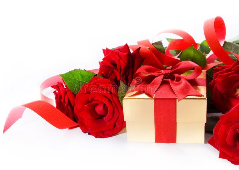 Valentinsgruß-Tagesgoldener Geschenkkasten und rote Rosen lizenzfreies stockbild