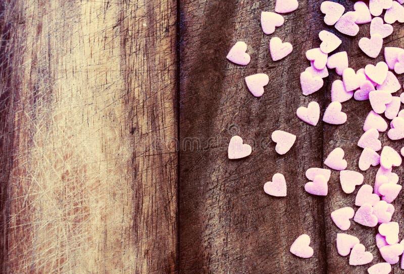 Valentinsgruß-Tagesliebeskonzept. Sugar Hearts auf hölzernem Weinlesetext lizenzfreie stockbilder