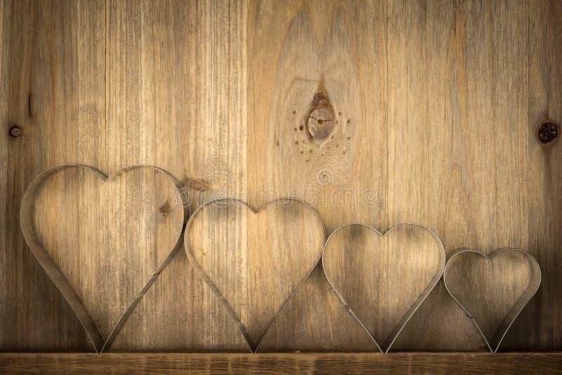Valentinsgruß-Weinlese-Herzen über hölzernem Hintergrund Valentine Hea lizenzfreie stockbilder