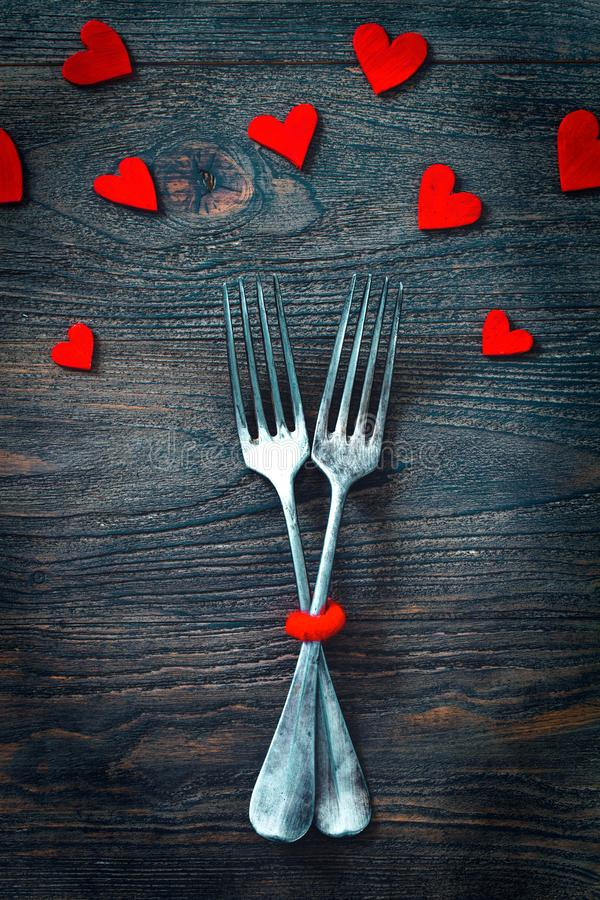 Valentinsgrußabendessen auf Holz stockbilder