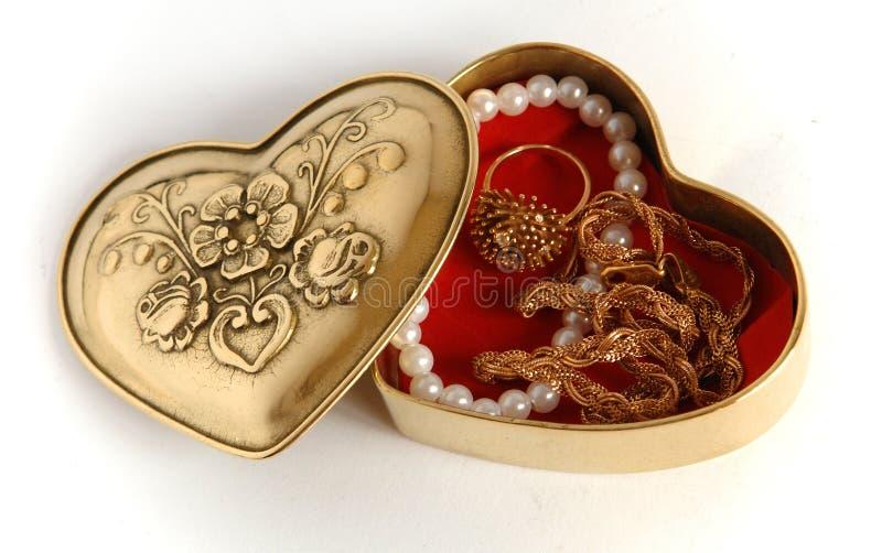 Valentinsgrußbronzeschatulle mit Schmuck lizenzfreie stockbilder