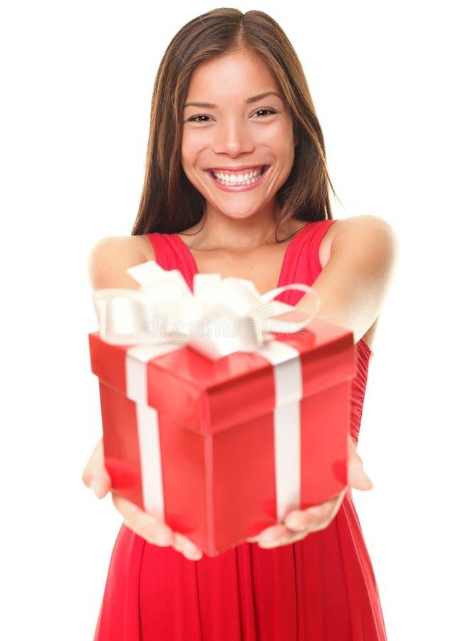 Valentinsgrußfrau, die Geschenk auf weißem Hintergrund zeigt lizenzfreie stockfotografie
