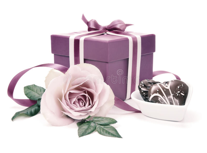 Valentinsgrußgeschenkbox und eine Rose, abgetöntes Bild lizenzfreie stockfotos