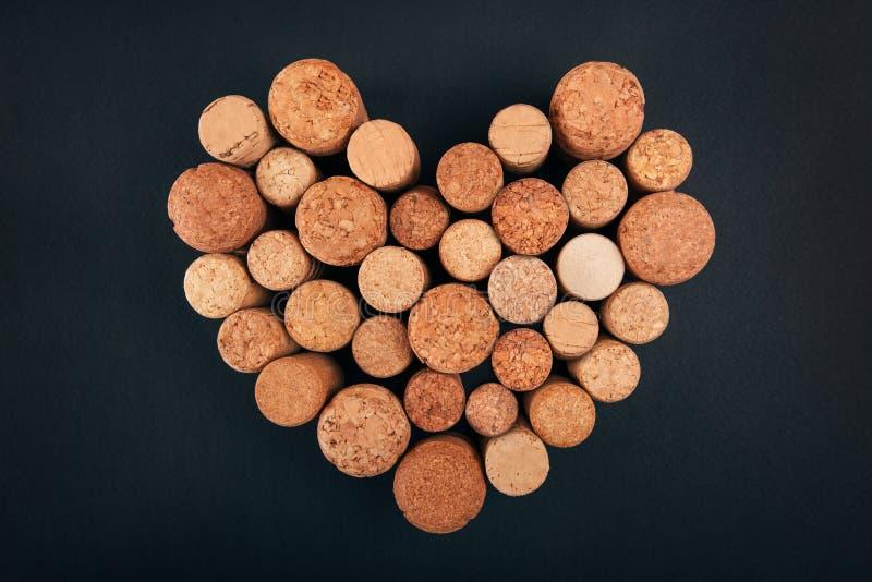 Valentinsgrußherz von den Weinkorken auf Hintergrund stockbild