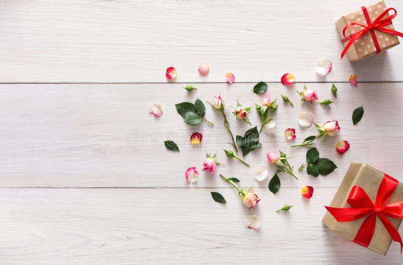Valentinsgrußhintergrund mit Rosarose blüht Herz und Geschenkboxen mit Kopienraum auf weißem rustikalem Holz lizenzfreie stockfotos