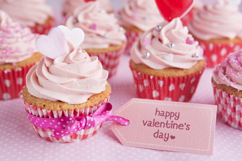 Valentinsgrußkleine kuchen mit den Wörtern 'glücklicher Valentinstag' stockbilder