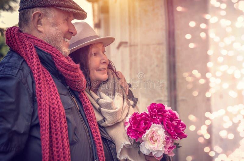 Valentinsgrußpaareinkaufen lizenzfreie stockfotos
