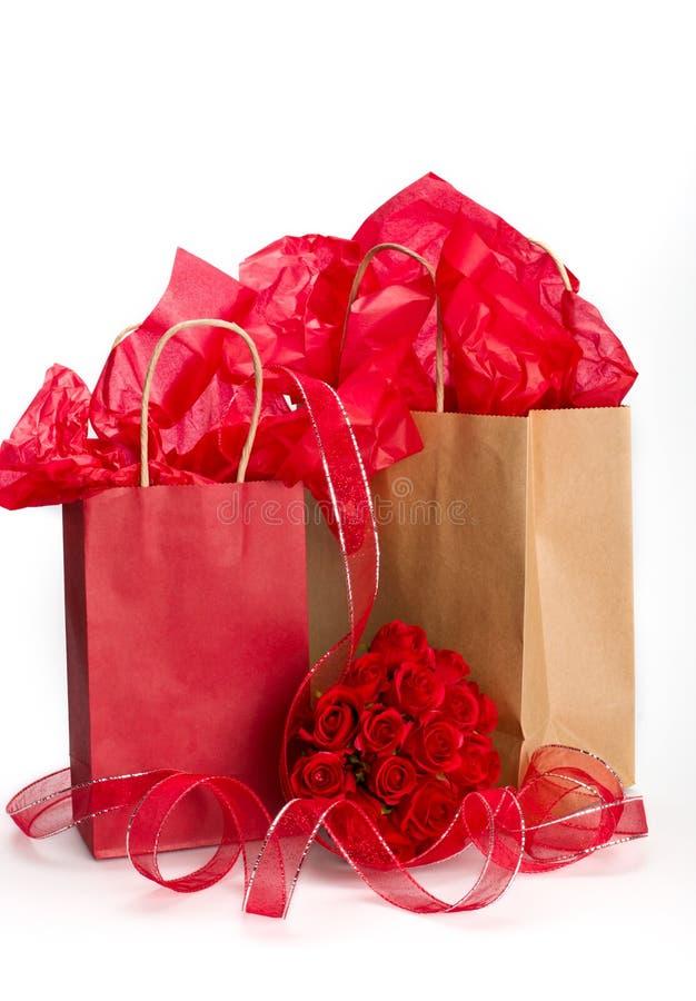 Valentinsgrußpapiertütengeschenke stockbild
