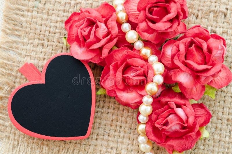 Valentinsgrußrosen, leeres rotes Herzgeschenktag lizenzfreie stockfotos