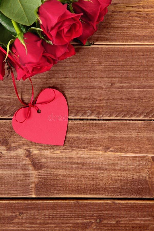 Valentinsgrußrosen mit Geschenk etikettieren, kopieren Raum lizenzfreie stockfotografie