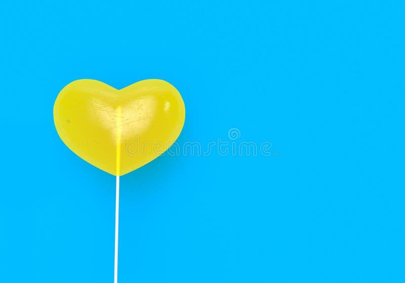 Valentinsgrußtagesgelbe Herzformsüßigkeit 3d übertragen illusration 3d stock abbildung