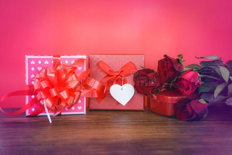 Valentinsgrußtagesgeschenkbox rot und rosa auf hölzerne Valentinsgrußtagesrote rosafarbene Blume rotem Herz-Liebeskonzept und -Ge lizenzfreie stockfotos