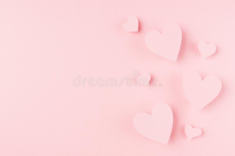 Valentinsgrußtageshintergrund mit den Herzen, die auf rosa Papier, Kopienraum fliegen lizenzfreies stockbild