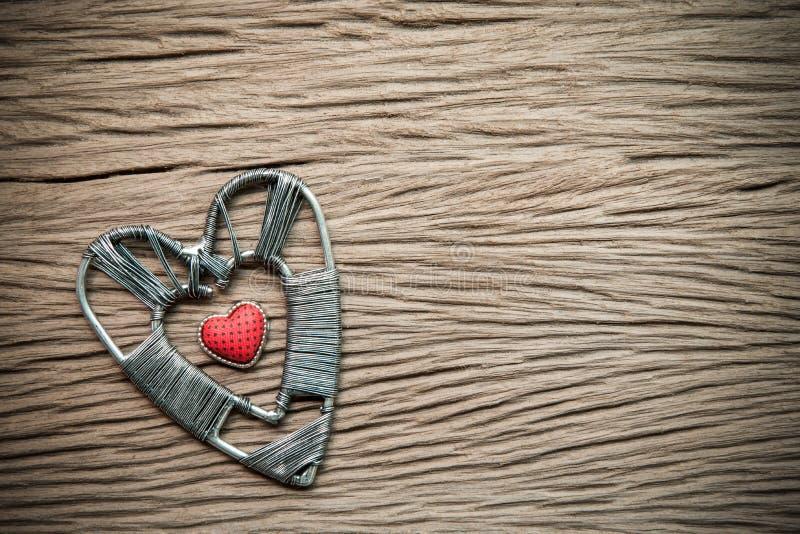 Valentinsgrußtageshintergrund mit Herzen auf hölzernem Hintergrund stockbild