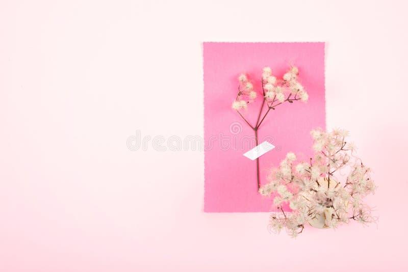Valentinsgrußtagesminimale Grußpastellkarte Zwei Lehmschalen mit Herzen und Teetopf auf einem rosa Hintergrund Heirat, elegant, L lizenzfreie stockfotos
