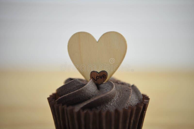 Valentinsgrußtagesromantischer Schokoladenschalenkuchen mit hölzernen Liebesherzdekorationen auf Spitze und Raum stockfotografie