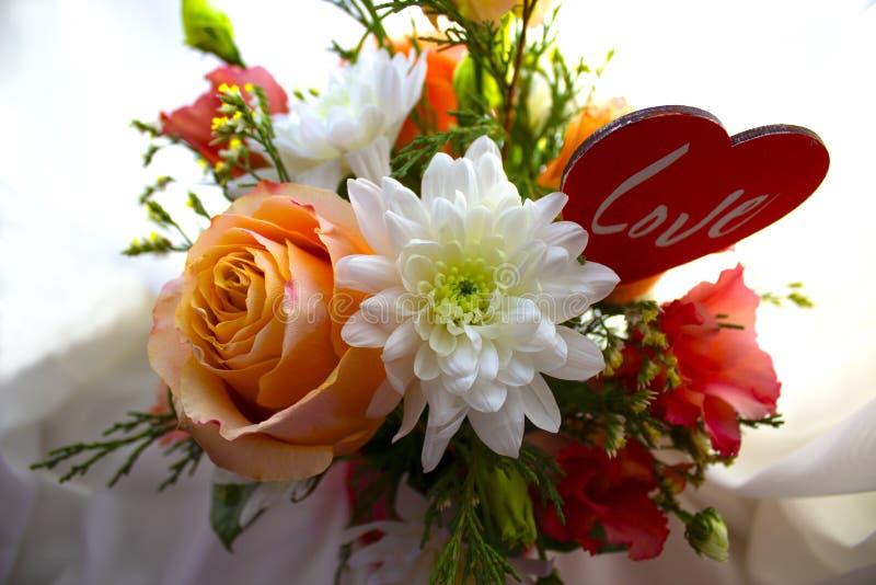 Valentinsgruß ` s Tageskonzept Schöner Blumenstrauß von Blumen mit Herzformzeichen lizenzfreie stockfotos