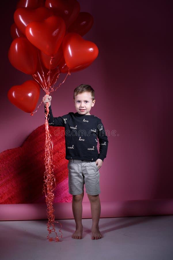 Valentinsgru? ` s Tagesfeiertag Junge am Valentinstag mit Bällen lizenzfreie stockbilder