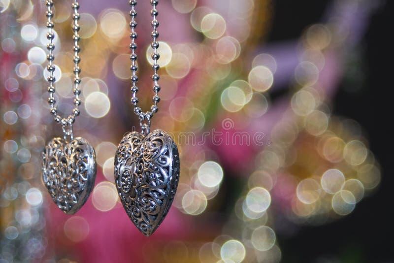 Valentinsilverhjärtor royaltyfria foton