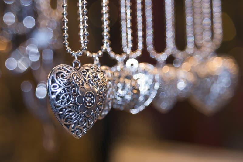 Valentinsilverhjärtor royaltyfria bilder