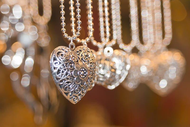 Valentinsilverhjärtor royaltyfri fotografi