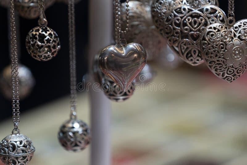 Valentinsilverhjärtor royaltyfri bild