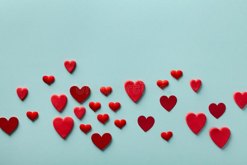 Valentinstag Grußkarte oder Banner Rote Herzen auf blauem Hintergrund oben Flachlagerstil lizenzfreies stockfoto