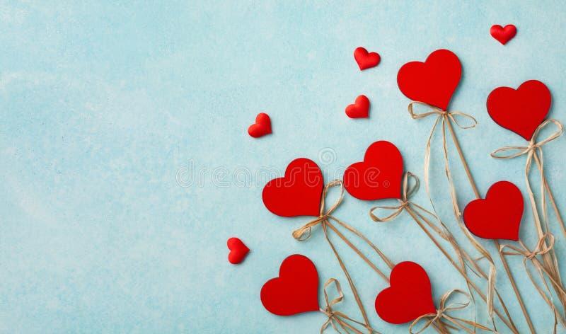 Valentinstag Grußkarte oder Banner Verschiedene rote Herzen auf blauem Hintergrund oben Flachlagerstil stockbilder