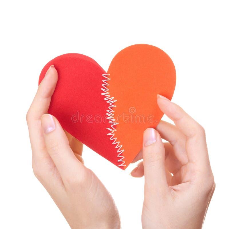 Valentinstag nähte Inneres in den Händen der Frau lizenzfreie stockbilder