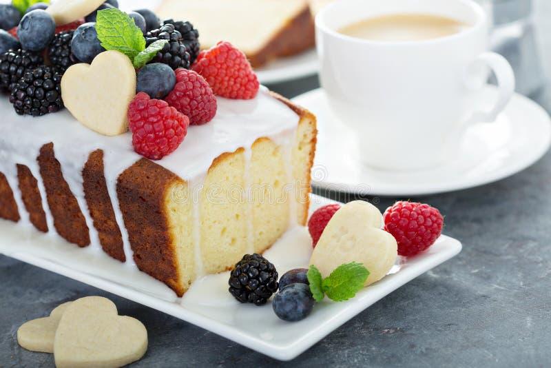 Valentinstagbacken, Kuchen mit Herzen lizenzfreie stockbilder