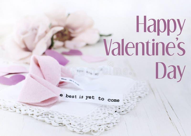 Valentinstagbild von hell herausgestellten rosa Seidenrosen, nette Glückskekse machte vom Filz und von den hölzernen Herzen mit S stockfotos