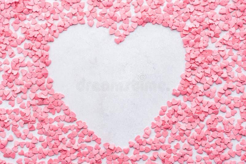 Valentinstagherz formte den Rahmenhintergrund, der von den Süßigkeiten gemacht wurde stockfoto
