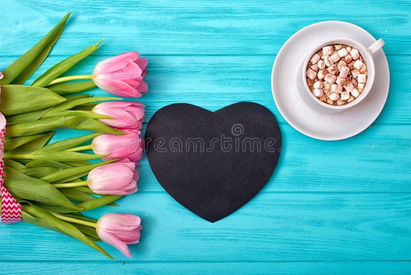 Valentinstaghintergrund mit Blumenstrauß von Tulpen und von Schale heißem Kaffee Grußkarte Valentinsgruß-Tag lizenzfreie stockfotos