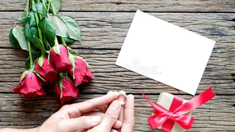 Valentinstaghintergrund mit roten Rosen stockfoto