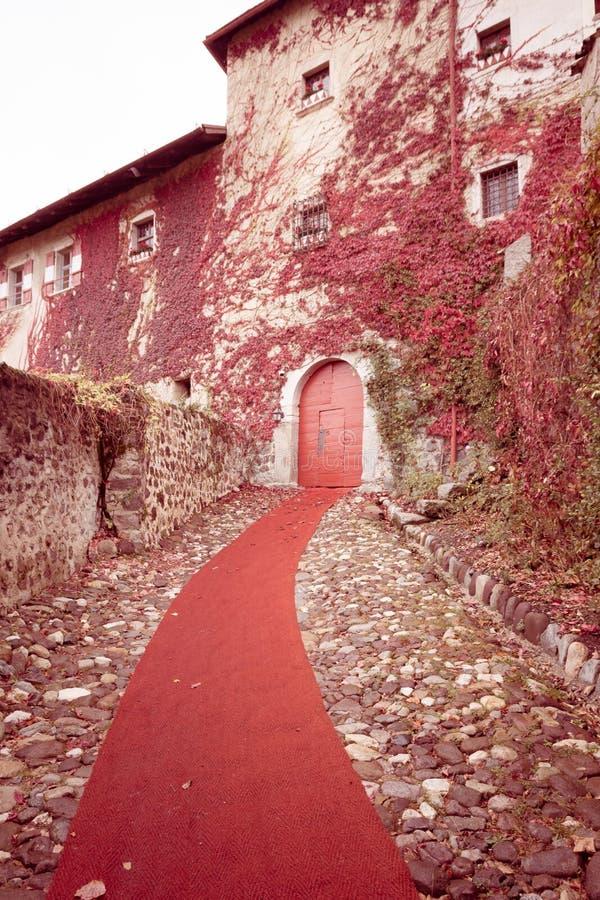 Valer中世纪城堡在秋天 上色在特伦托自治省女低音阿迪杰,意大利的秋天风景 葡萄酒作用 图库摄影