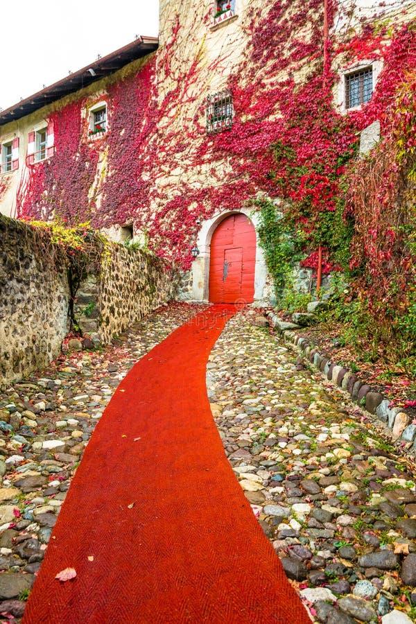Valer中世纪城堡在秋天 上色在特伦托自治省女低音阿迪杰,意大利的秋天风景 免版税图库摄影