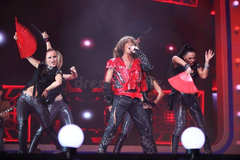 Valery Leontiev在与舞蹈演员的场面唱歌 库存照片