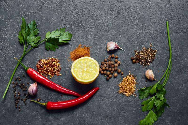 Valet av kryddor, örter på svart stenar tabellen Ingredienser f?r matlagning m?nga bakgrundsklimpmat meat mycket royaltyfria foton