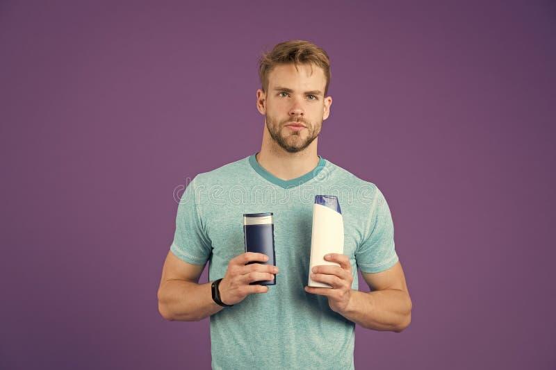 valet gör ditt För frisyrhåll två för man bakgrund för violet för produkt för stilfulla flaskor hygienisk Naturligare hårblick royaltyfria foton