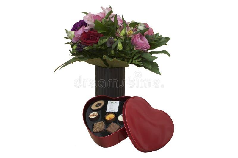 Valetines-Herz formte Kasten Schokolade und Blumen stockfotos