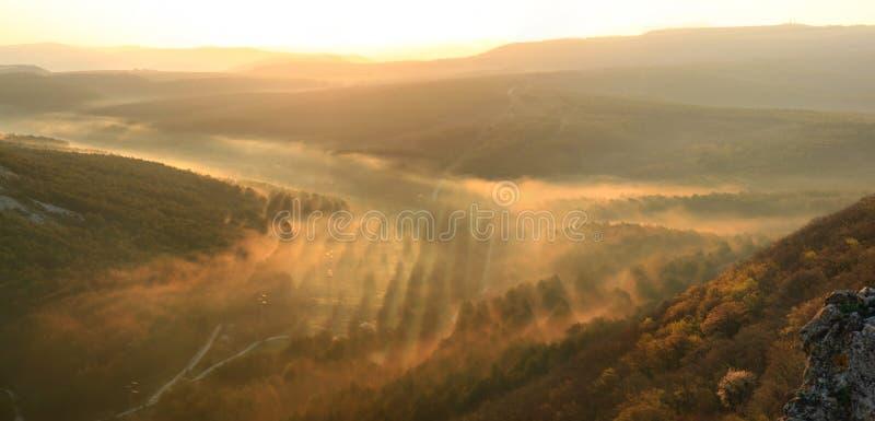 Valey nebbioso al tramonto immagini stock