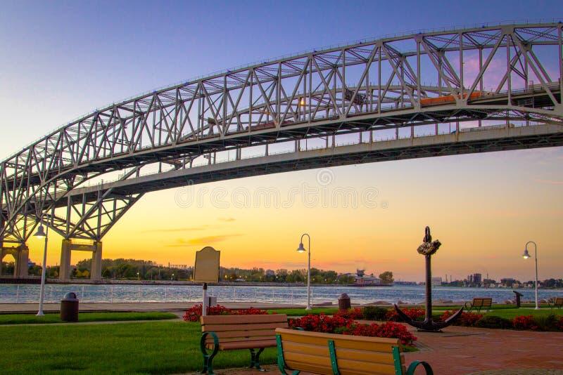 Valico di frontiera americano internazionale del ponte dell'acqua blu immagine stock libera da diritti