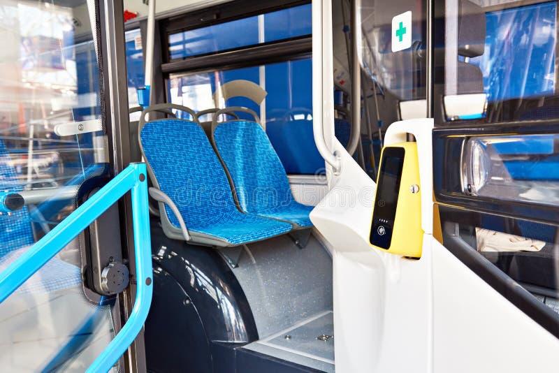 Validator för biljettpris på bussen arkivfoto