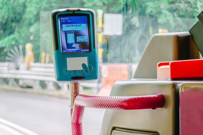 Validator w miasto autobusie dla płacić używa karty, transport publiczny obrazy royalty free