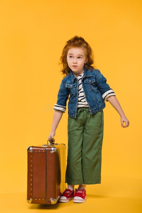 valigia alla moda della tenuta del bambino isolata immagine stock
