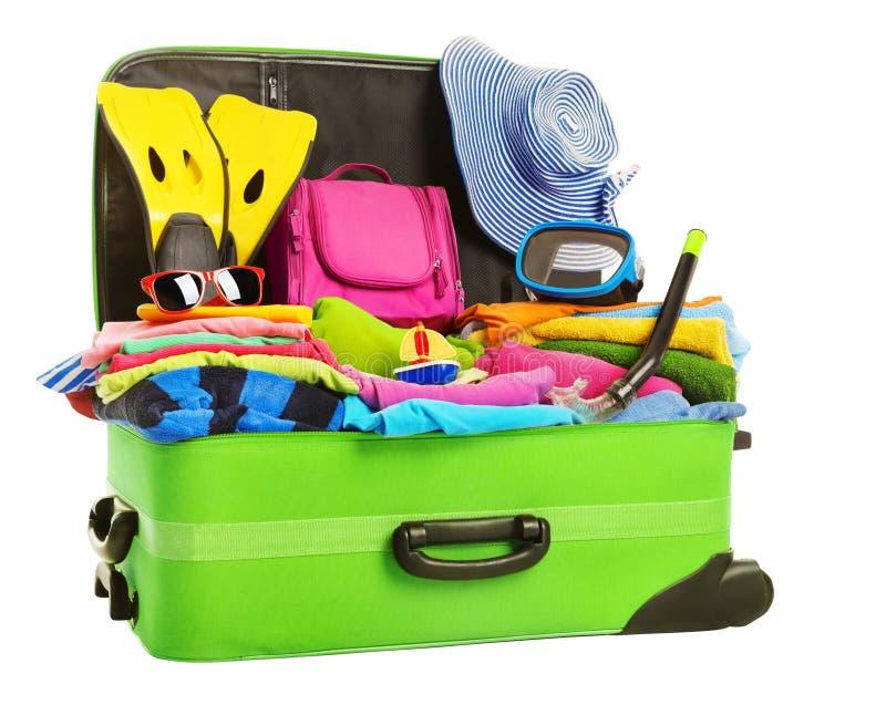 Valigia, bagagli imballati aperti di viaggio, vestiti pieni della borsa di vacanza fotografie stock libere da diritti