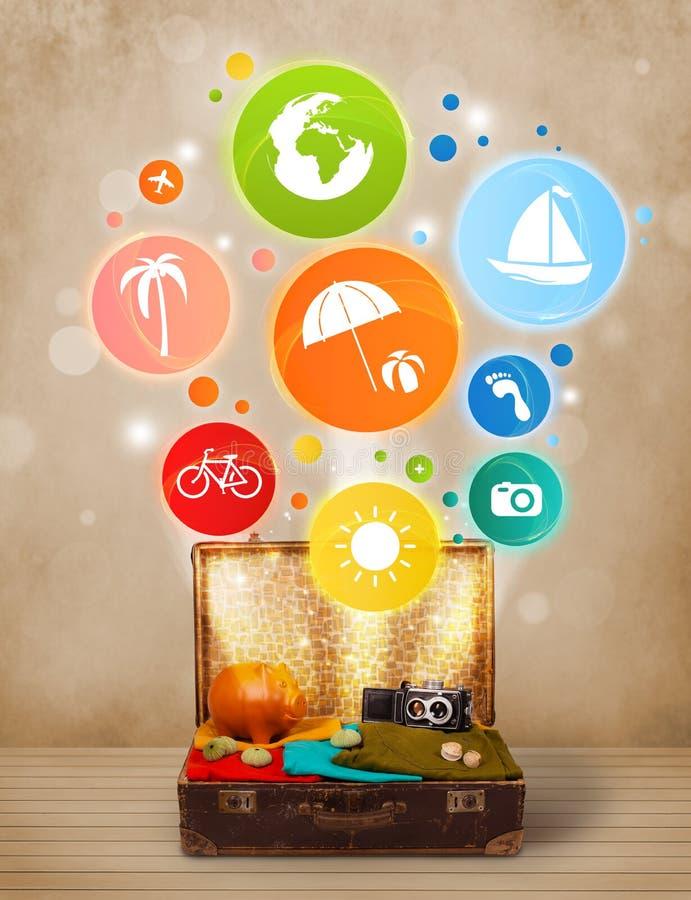 Valigia con le icone variopinte ed i simboli di estate fotografia stock